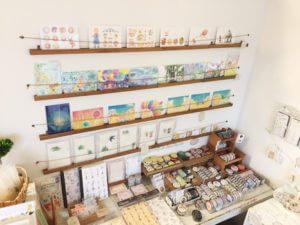 こちらは入ってすぐの棚。こちらも売れ筋の素敵な商品群。マステもたくさん。